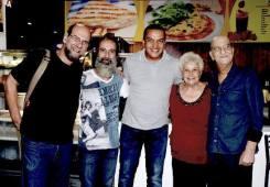EFrank, o guitarrista Henrique Pinto, secretário de Cultura de Guarulhos, o baterista Henricão e esposa